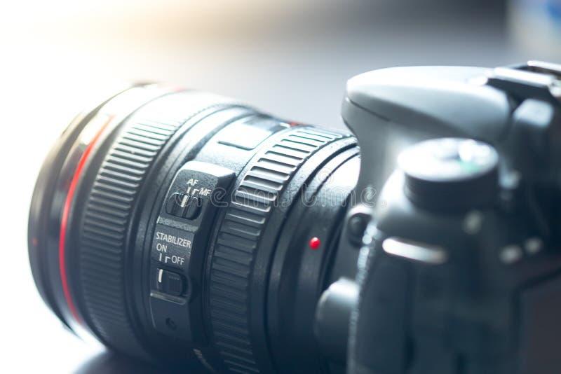 专业拍摄:与远摄镜头,保险开关的反光照相机 免版税图库摄影