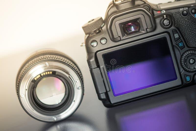 专业拍摄:一台专业反光照相机和照片透镜的后面看法 图库摄影