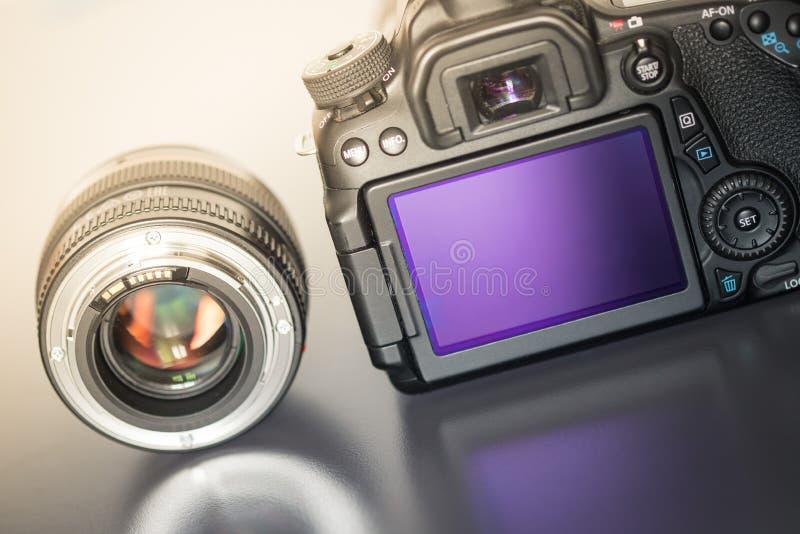 专业拍摄:一台专业反光照相机和照片透镜的后面看法 库存图片