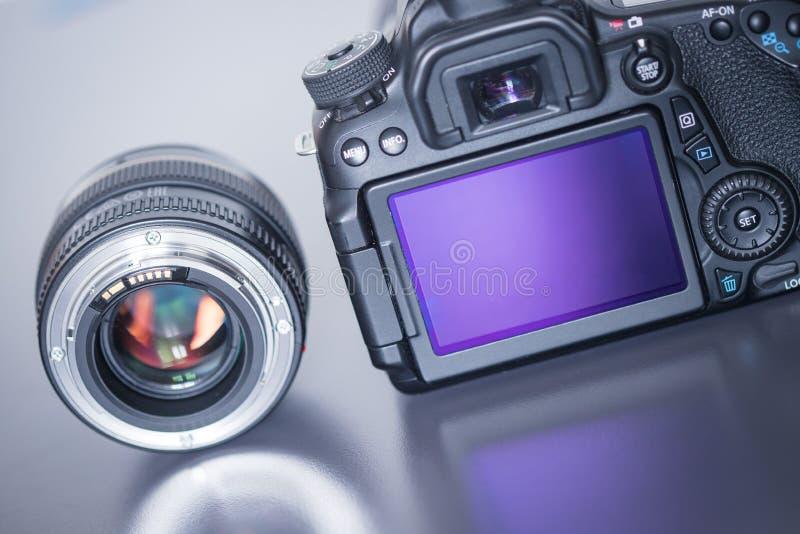 专业拍摄:一台专业反光照相机和照片透镜的后面看法 免版税库存照片