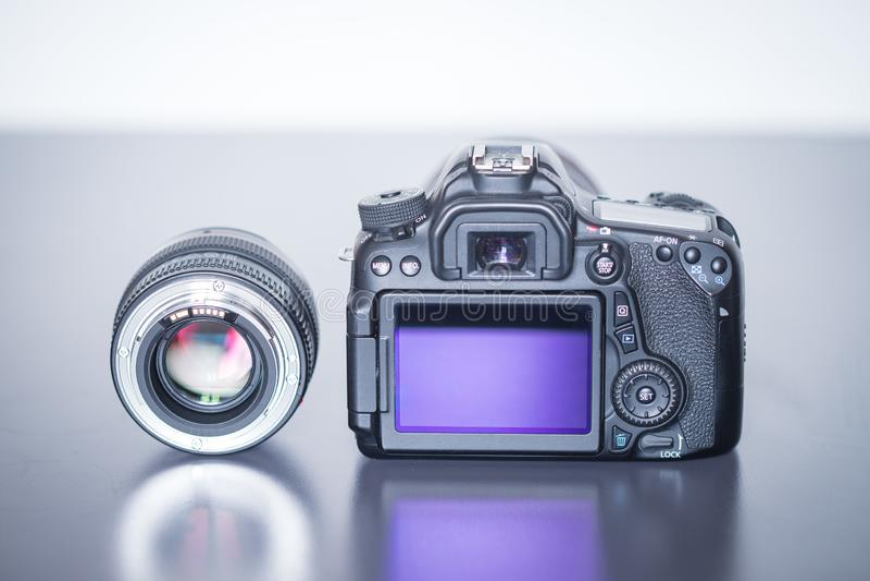 专业拍摄:一台专业反光照相机和照片透镜的后面看法 免版税库存图片