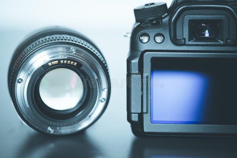 专业拍摄:一台专业反光照相机和照片透镜的后面看法 库存照片