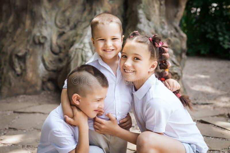 三个拥抱的孩子 图库摄影