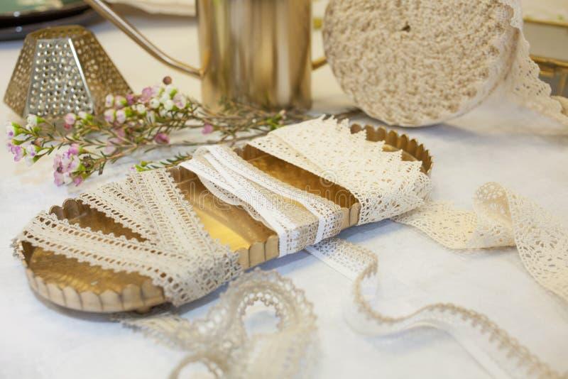 三在一个黄铜盘子的鞋带 葡萄酒在现代生活中 工艺品和爱好 免版税库存照片