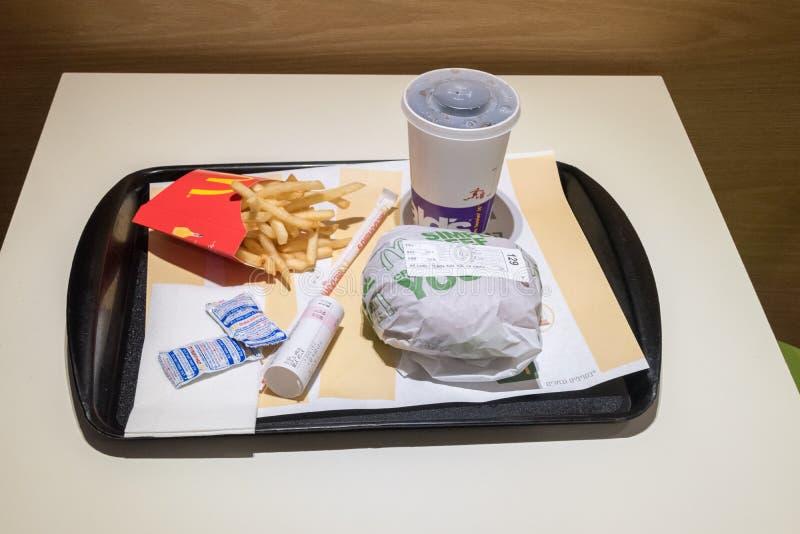 三明治、薯条、番茄酱和焦炭饮料的在以色列人麦克唐纳 免版税库存照片