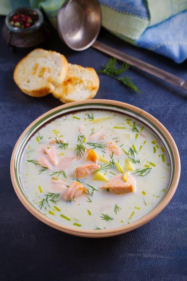 三文鱼汤 在碗的乳脂状的三文鱼鱼汤 库存图片