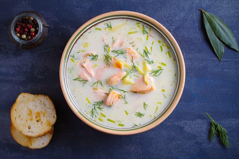 三文鱼汤 在碗的乳脂状的三文鱼鱼汤 免版税库存图片