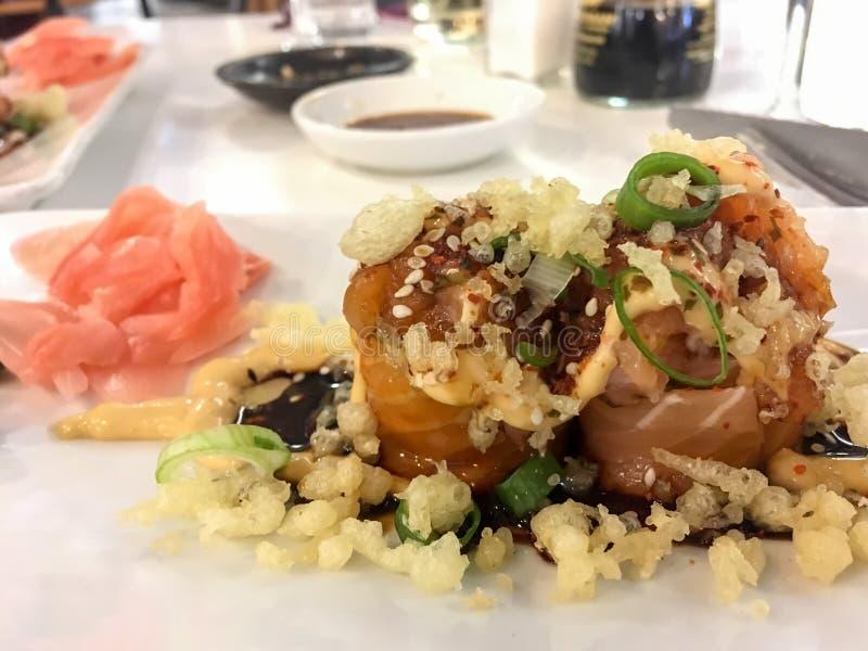 三文鱼花玫瑰,生鱼片寿司的美好的创作 免版税库存图片