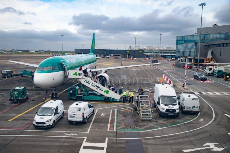 下船从飞机的乘客 免版税库存照片