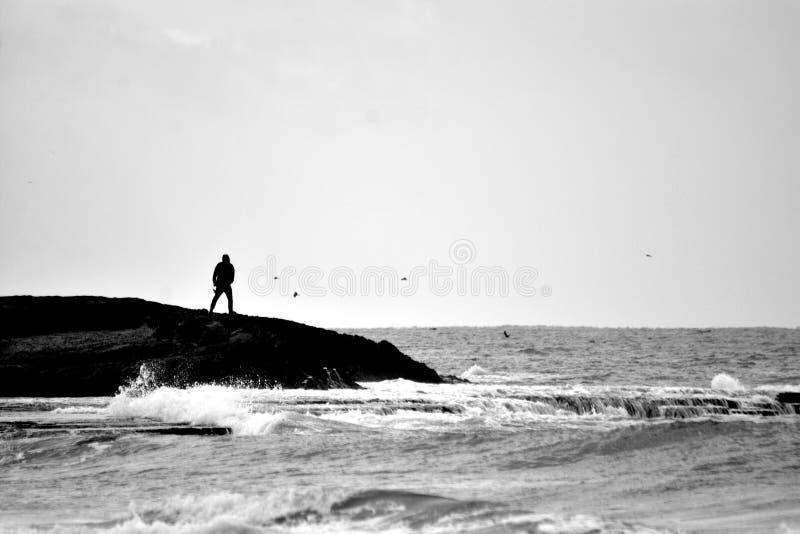 一个人的Sillouette,水前面,Achziv,以色列 免版税图库摄影