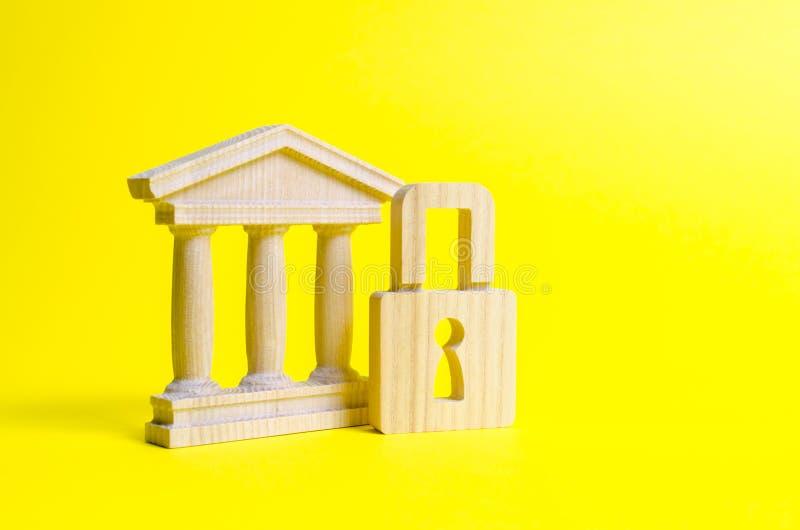 一个古老大厦和锁 保存历史和文化的纪念碑的概念 政府机构的保护 免版税库存照片