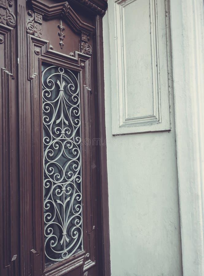 一个大厦的玻璃木门在街道上的有铁装饰装饰品的 老第比利斯建筑学 免版税图库摄影