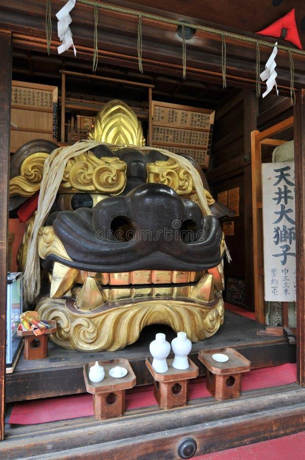 一个大公狮子顶头雕象的画象在Namiyoke稻荷Jinja寺庙的在东京,日本 免版税库存照片