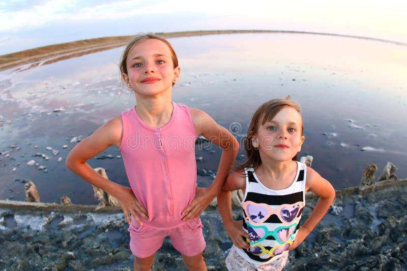 一个女孩特写镜头的夏天画象,在日落,女孩的一个盐湖有满足和嬉戏的面孔的 免版税库存照片