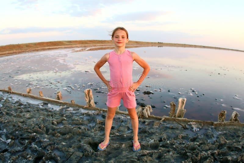 一个女孩特写镜头的夏天画象,在日落,女孩的一个盐湖有满足和嬉戏的面孔的 图库摄影