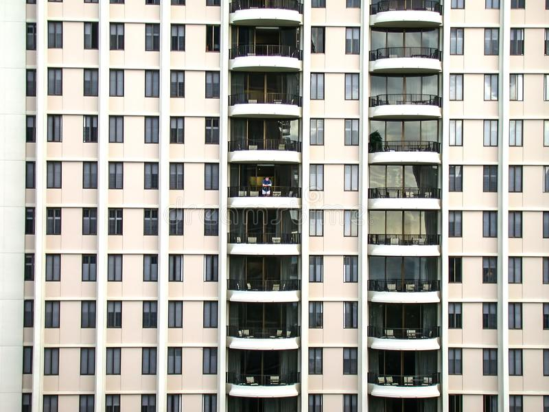 一个孤立人在一家大旅馆的阳台站立 免版税库存图片