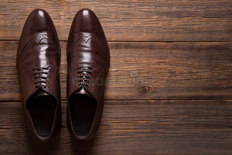 一个对人在木背景的鞋子特写镜头 免版税库存图片
