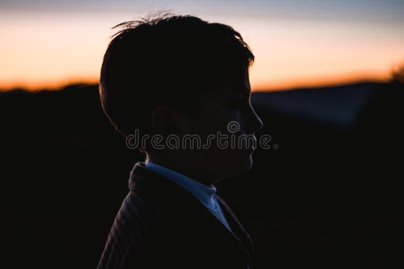 一个小男孩的剪影的画象日落的在乡下 孩子本质上 库存图片