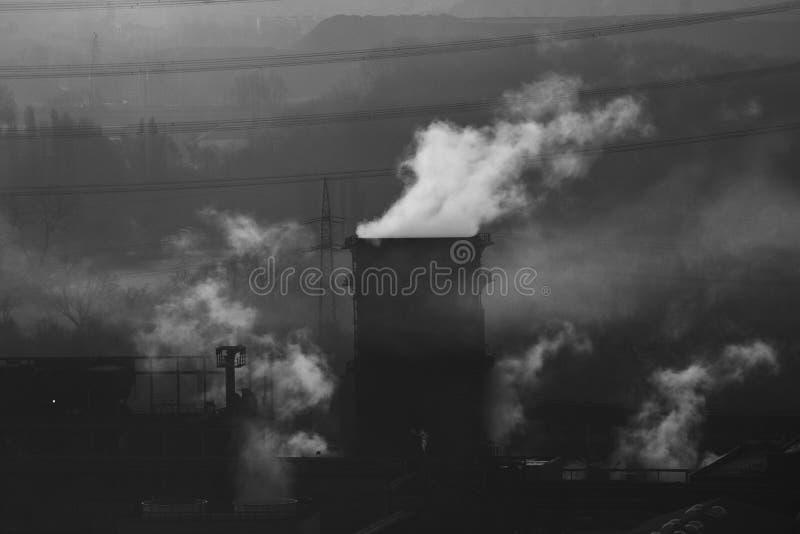 一个冷却塔的黑白图象从一个老煤矿的在博特罗普德国 图库摄影