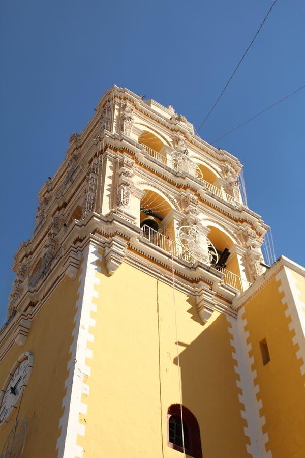 一个典型的教会的钟楼从殖民地时代在墨西哥 免版税库存照片