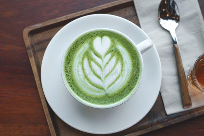 一个杯子绿茶matcha拿铁 免版税库存照片