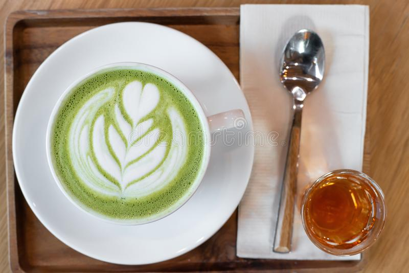 一个杯子绿茶matcha拿铁 免版税图库摄影