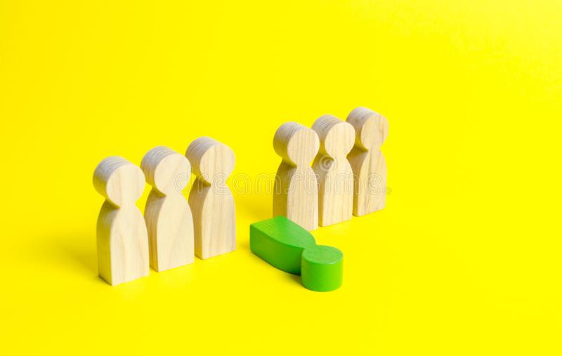 一个没经验的工作人员的图下降在黄色背景的很多人外面 一名毒性雇员的概念队的 图库摄影