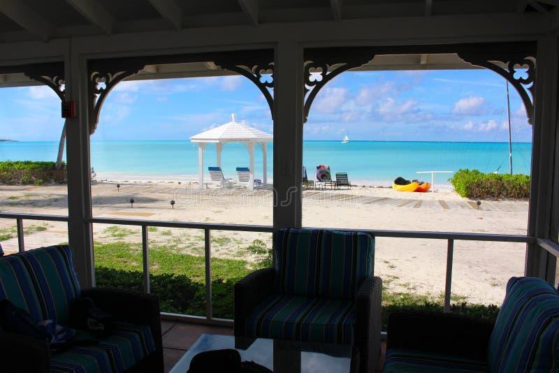 一个海滩和海的看法通过蚊帐 长岛,巴哈马 免版税库存图片