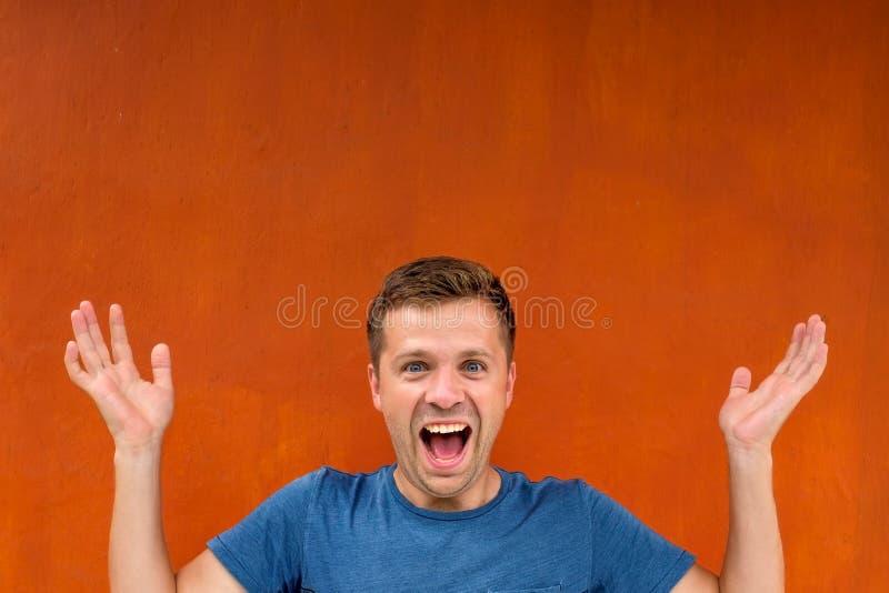 一个激动的欧洲人身分的画象用被举的手 免版税库存图片