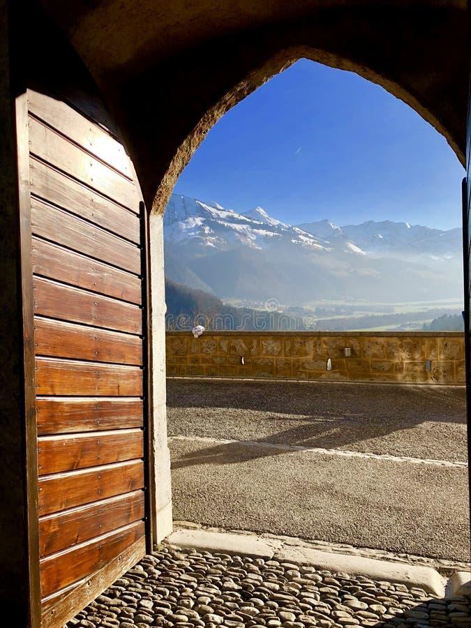 一个惊人的风景的看法通过一个古老门 库存图片
