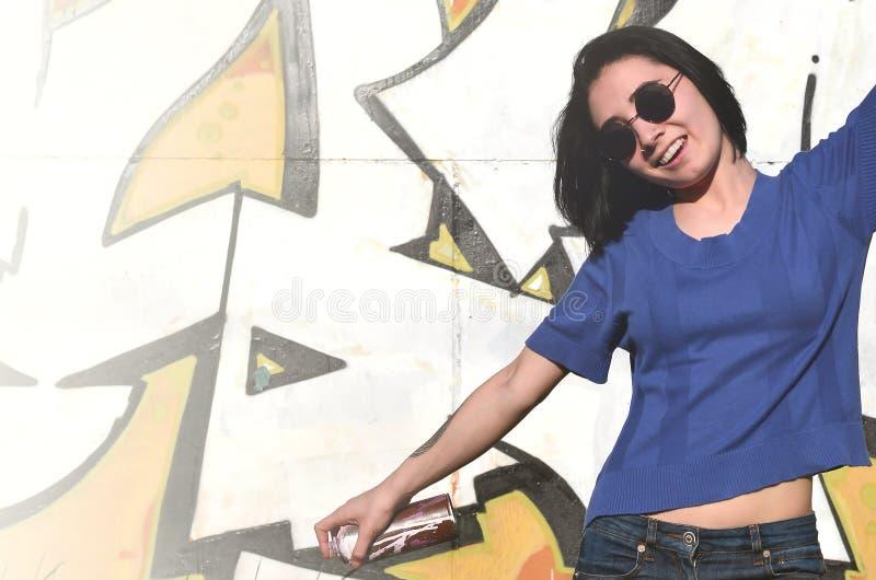 一个情感女孩的画象有黑发和穿甲的 一个女孩的照片有湿剂油漆罐头的在街道画的手上 库存照片