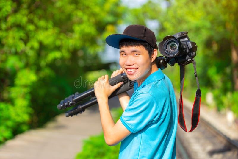 一个摄影师或旅行家有一个照相机三脚架的在自然背景的 免版税库存图片