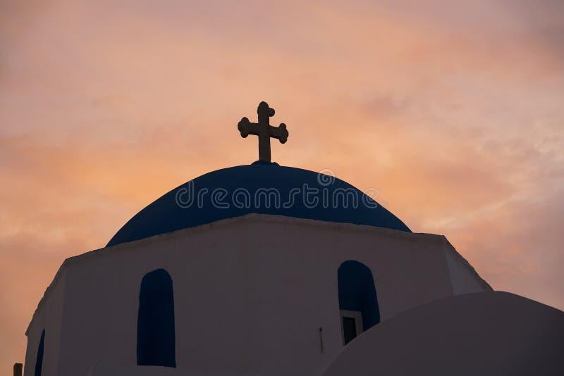 一个教会的圆顶的典型的silouette在有日落的希腊 免版税库存图片