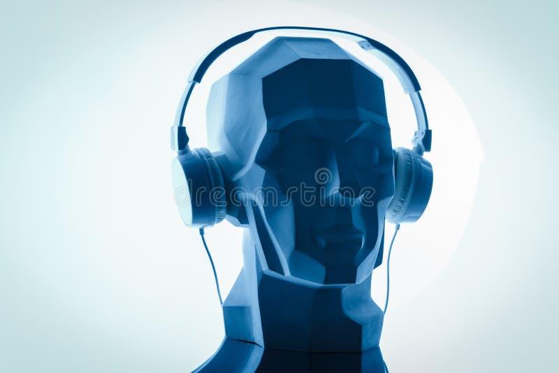 一个网络数字头的剪影在的作为dj的耳机 免版税图库摄影