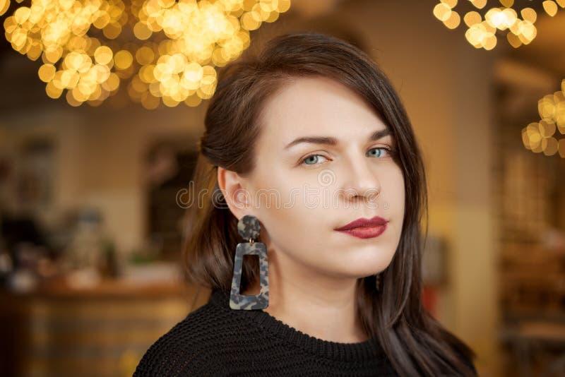 一个美丽的时髦的女人的接近的画象 女性时尚,秀丽概念 免版税库存图片