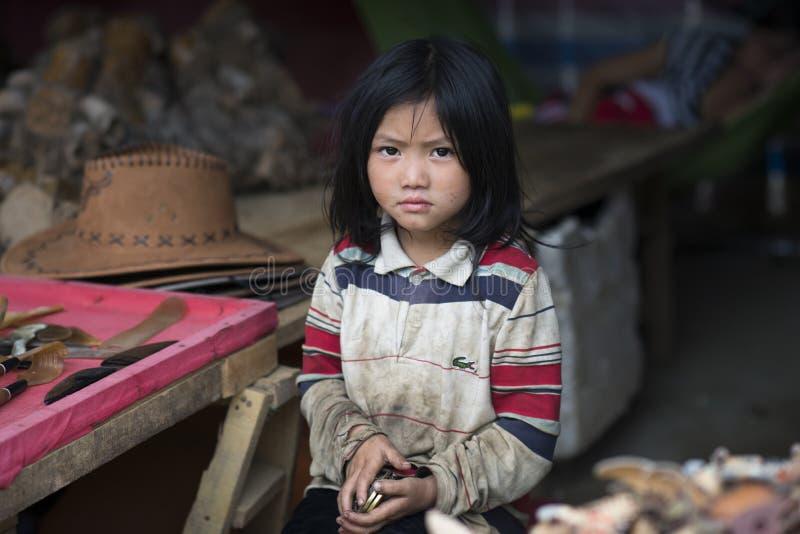 一个美丽的越南女孩的画象从一个小的乡村的在有哀伤和不快乐的表示的Sapa 老街市,越南 库存图片
