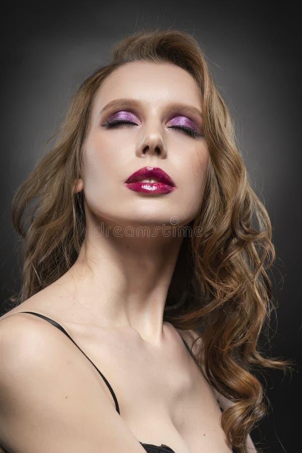 一个美好的白肤金发的女孩模型的接近的画象 红色嘴唇和桃红色组成 清楚的健康皮肤 免版税库存照片