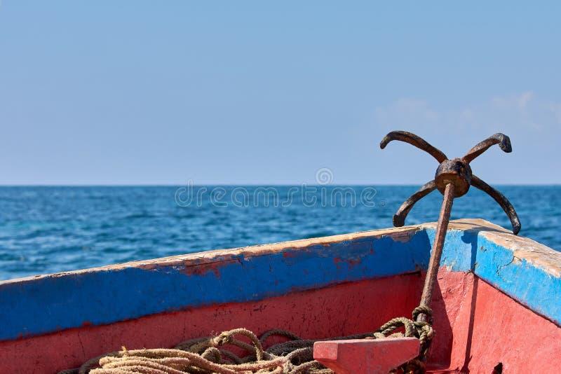 一个老木小船航行的弓的看法 金属船锚、海或者海洋在清楚的天空下 免版税图库摄影