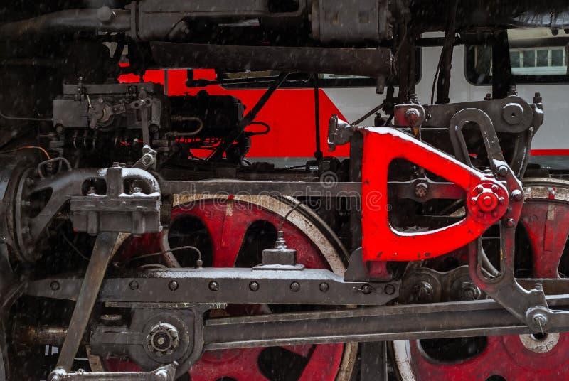 一个蒸汽机车轮子的特写镜头有活塞的 免版税库存图片