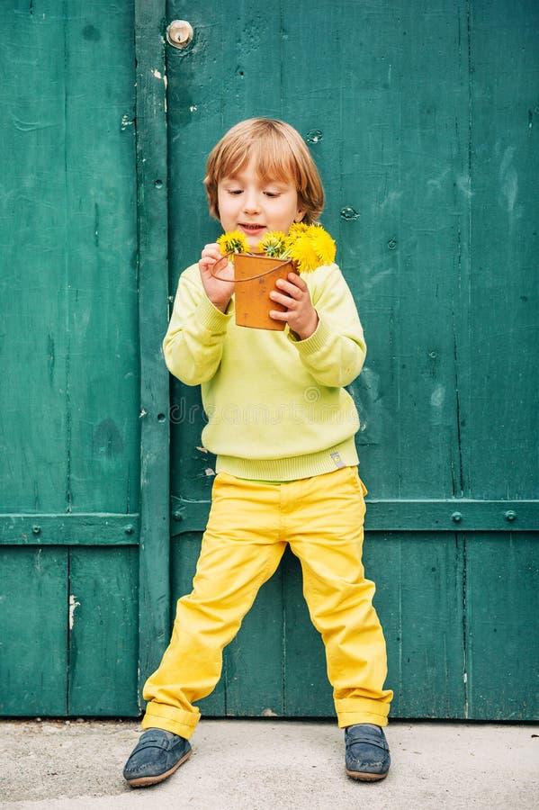 一个逗人喜爱的小男孩的室外画象 库存照片