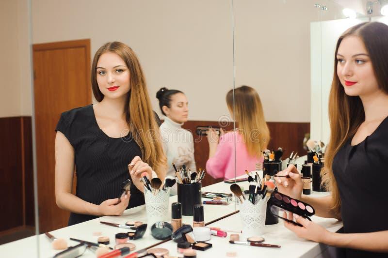 一位专业化妆师准备在镜子前面工作 免版税图库摄影