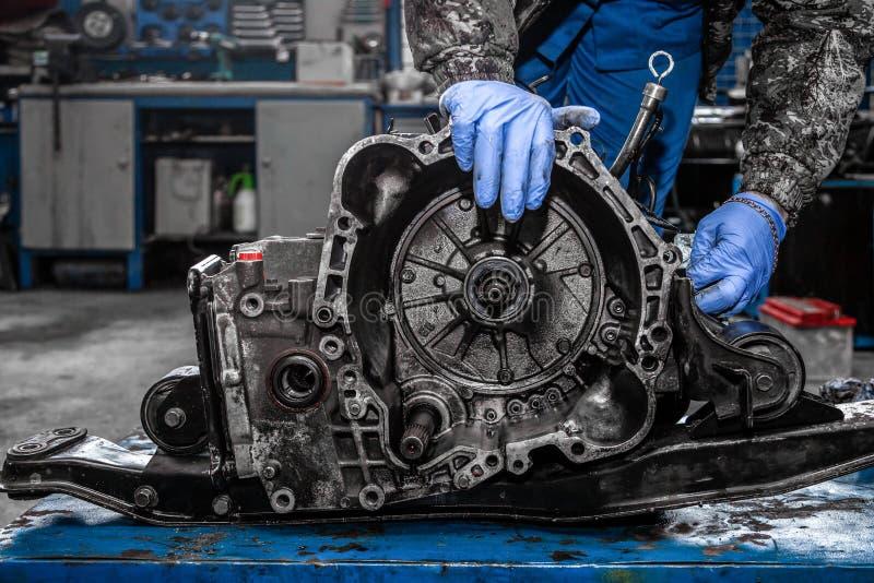 一位年轻汽车安装工的特写镜头 免版税库存图片