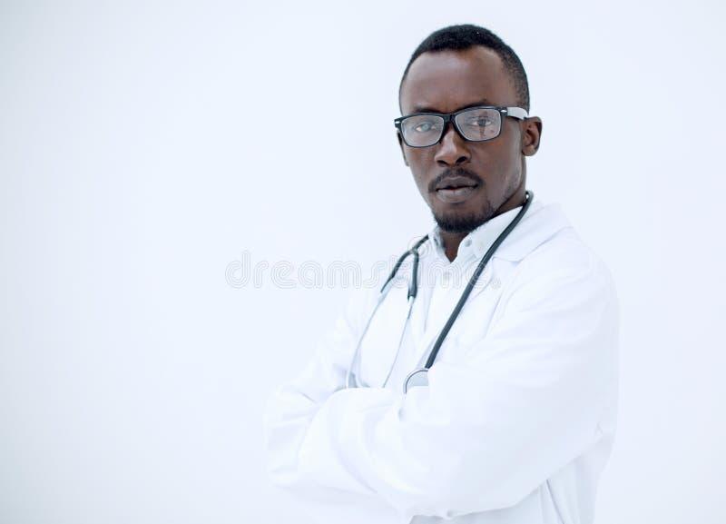 一位负责任的年轻医生的画象轻的背景的 库存照片