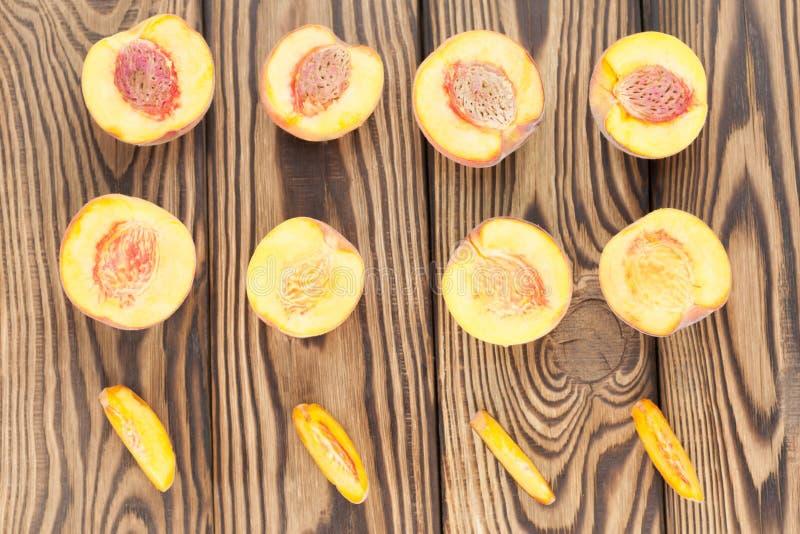 一半桃子和切片行桃子 图库摄影