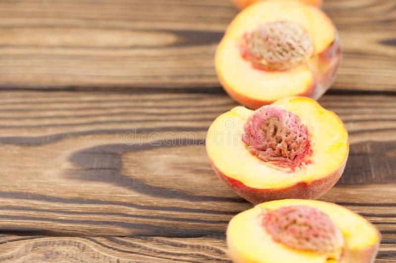 一半桃子行与桃子石头的 免版税图库摄影