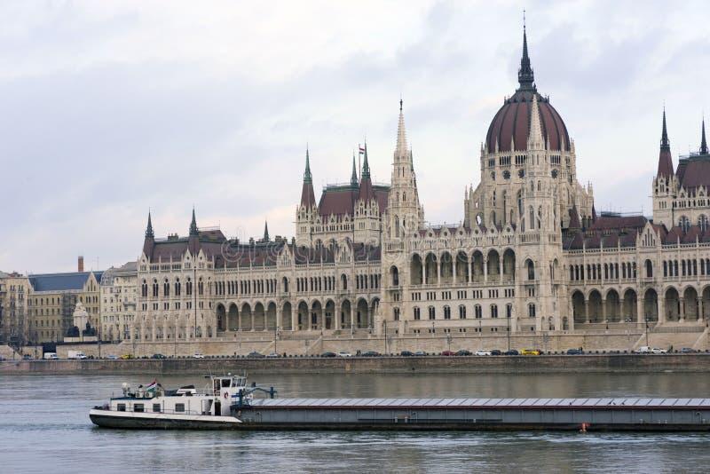 一只在多瑙河下的大货船风帆 库存图片