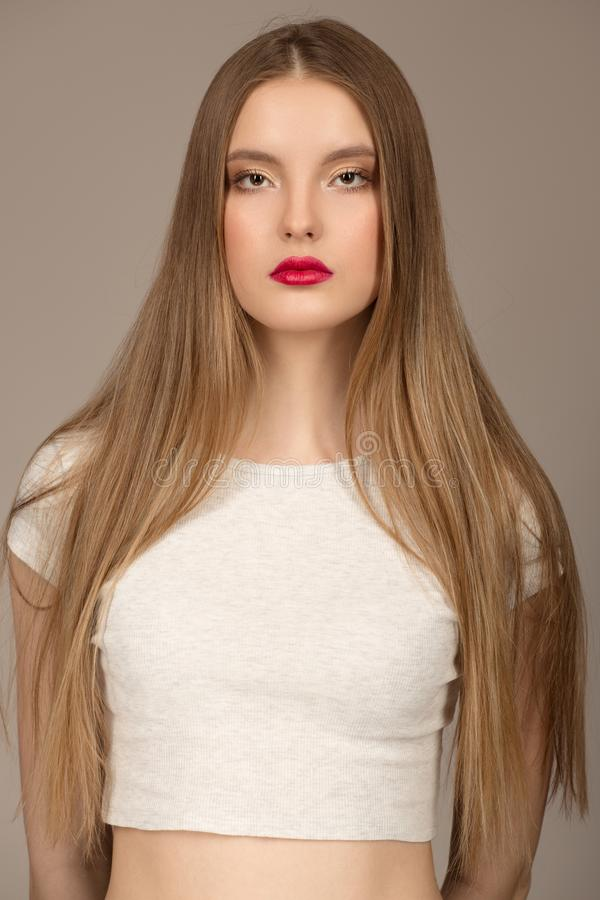 一名妇女的画象有美丽的长发和明亮的构成的 免版税库存照片