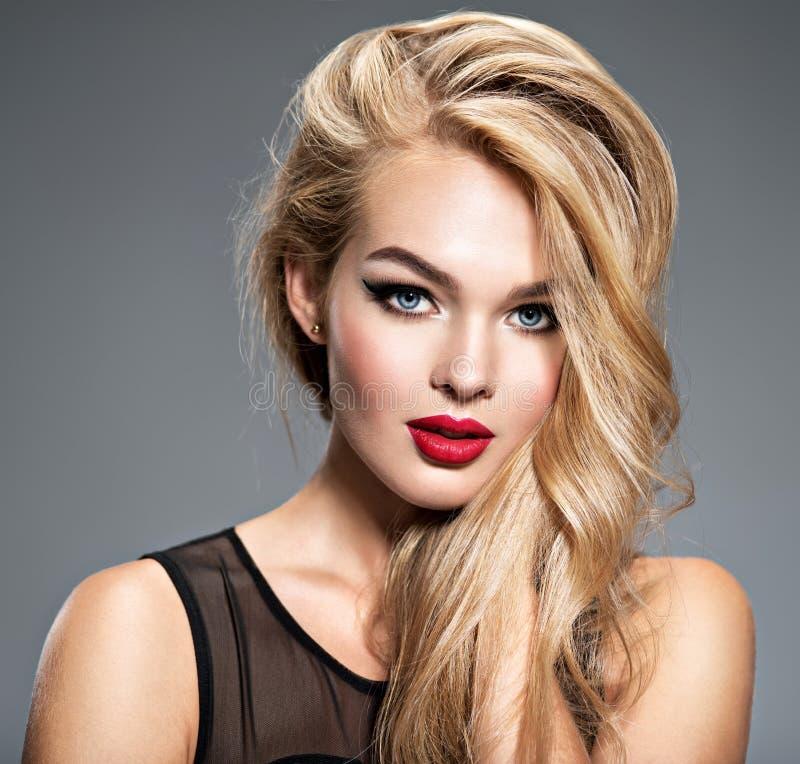 一名美丽的妇女的画象有长的白色直发的 库存照片