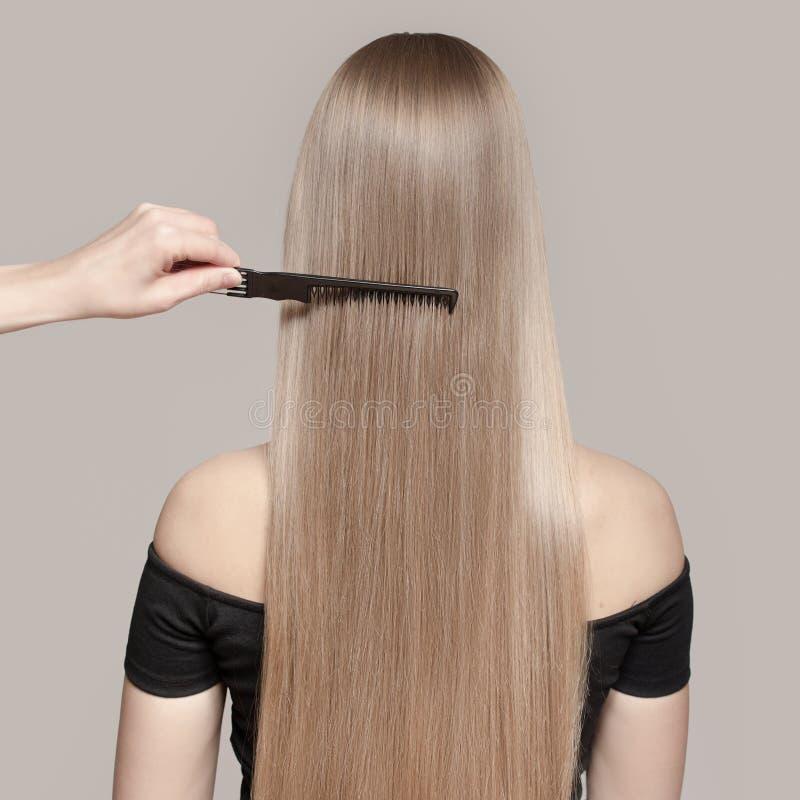 一名美丽的年轻白肤金发的妇女的画象有长的直发的 库存照片