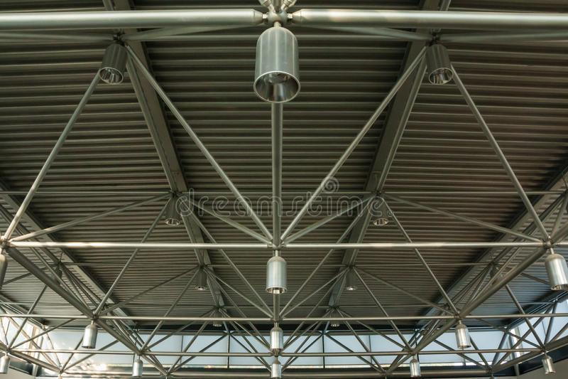 一块天花板的特写镜头与灯笼和金属射线的在一个购物中心 在铁作为a的结构建筑里面看法  免版税库存图片